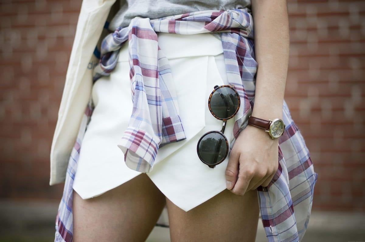 How-to-wear-shirt-around-the-waist-on-skirt